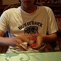 011_哈雷在玩魔術方塊1