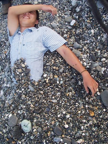 031_我被埋石頭2