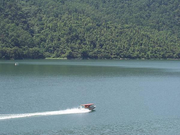004_有人在開小艇