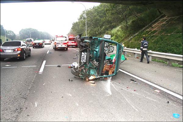 高速公路爆胎翻車