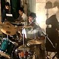 大搞玩樂團鼓手兼主唱--達叔 Keyboard手--彭巴