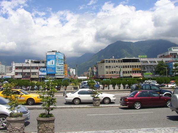 被山包圍的市區