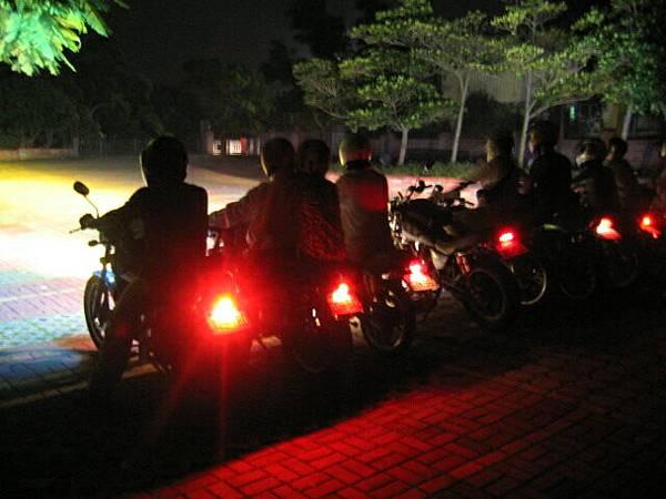 整座公園被車燈佔據