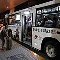 要先搭免費的公車到國內機場