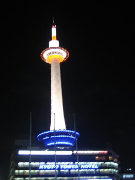 夜晚發光的京都塔.jpg