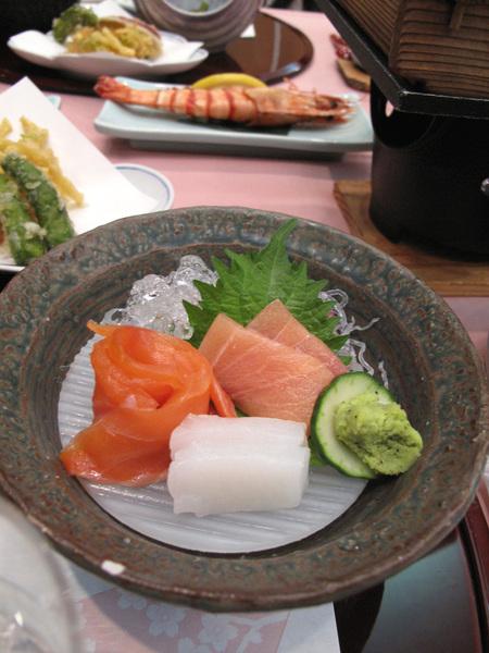 每一餐都有生魚片真的很開心阿.jpg