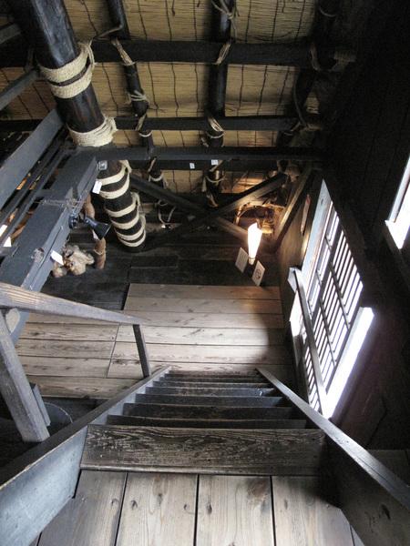 長瀨家有3.4層 每一層都不高 樓梯都滿陡的.jpg