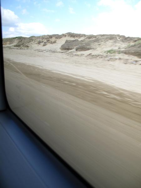 遊覽車行駛在千里濱的沙灘上.jpg