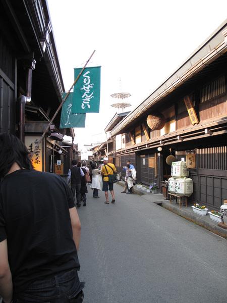 小小的街道很多觀光客.jpg