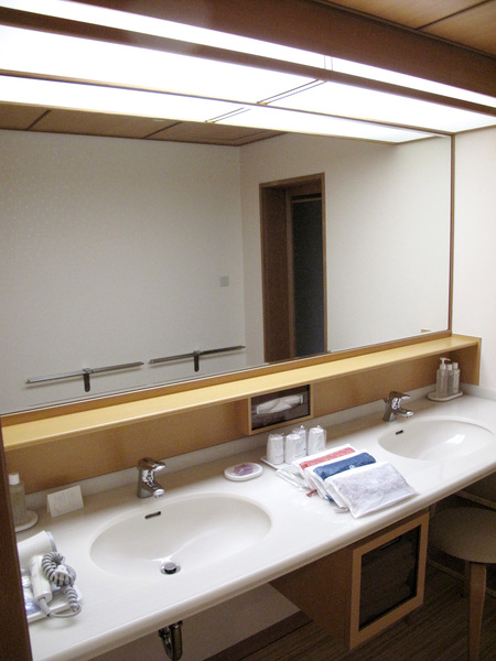 很寬敞的洗手台.jpg