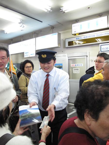 大觀峰站的人員用國語推銷立山的介紹書.jpg