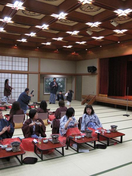 導遊又唱了一首日文版的墓仔埔也敢去 叫大家起來跳舞.jpg