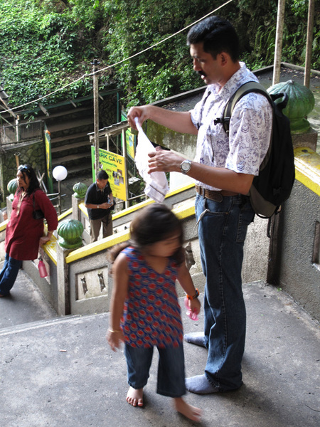 一各非常可愛的印度小女孩 她在跟爸爸撒嬌說很累的樣子.jpg