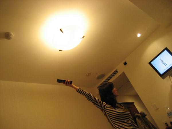 在飯店裡芩在對準電視的接收器.jpg