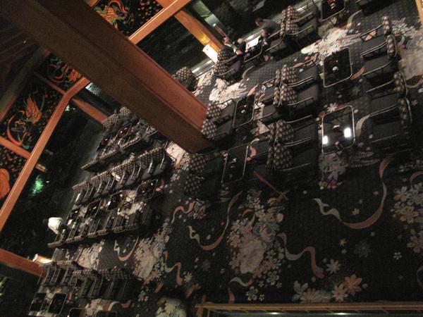 從2樓看1樓咖啡廳美麗的地毯.jpg