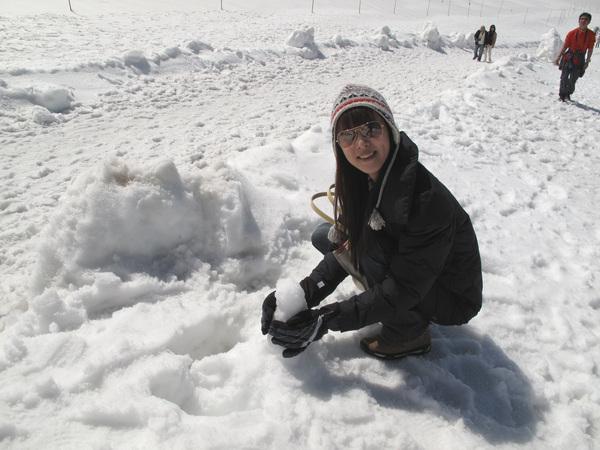 堆雪人還不容易勒.jpg