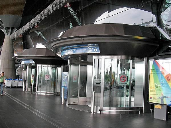 吉隆坡機場出境大廳外