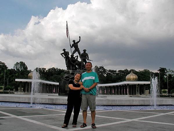 同事在獨立廣場前