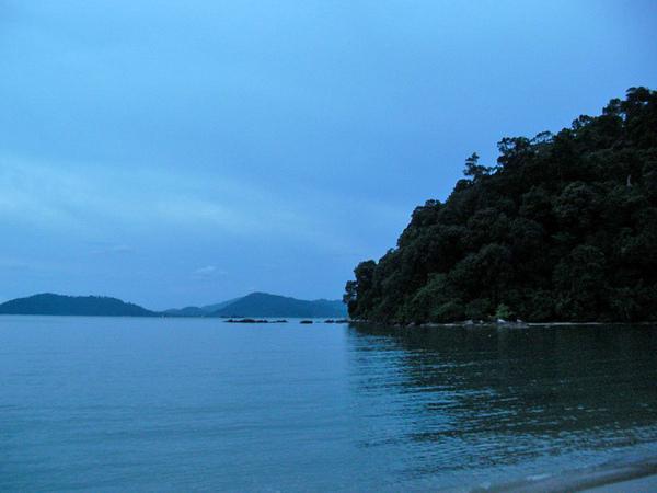 邦喀島上的-Teluk Dalam Resort的沙灘遠景