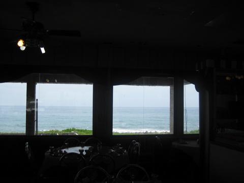 餐廳外就是海