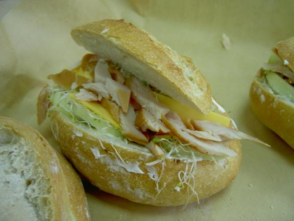 裸麥酸麵包-燻雞起司三明治