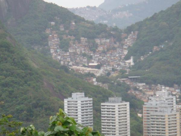 掛在山腰上的貧民窟