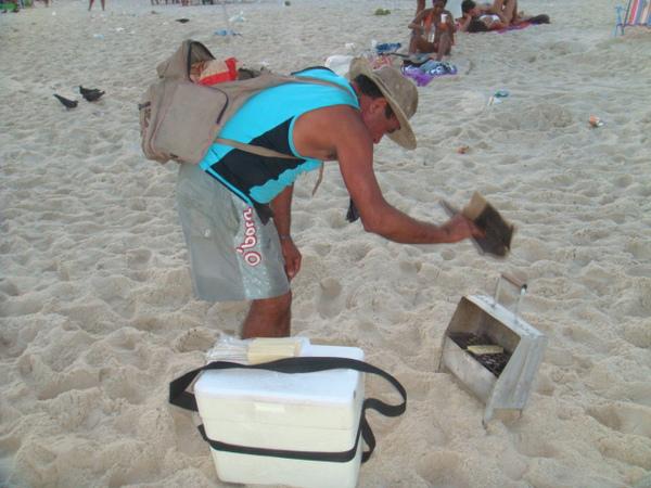 海灘上賣烤起司的小販