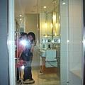 041.從外面拍浴室內的人.jpg