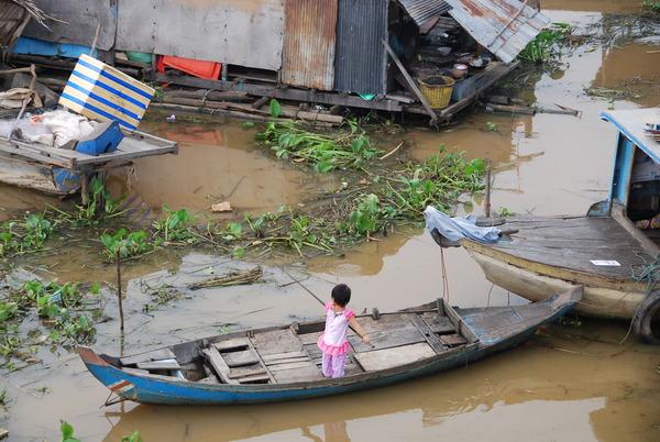 小小女孩練習划船