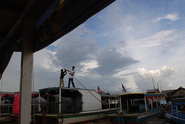 擠出一個空位讓我們停船