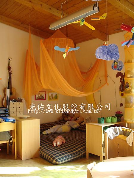 2005年10月德國團幼兒園一景圖換.jpg
