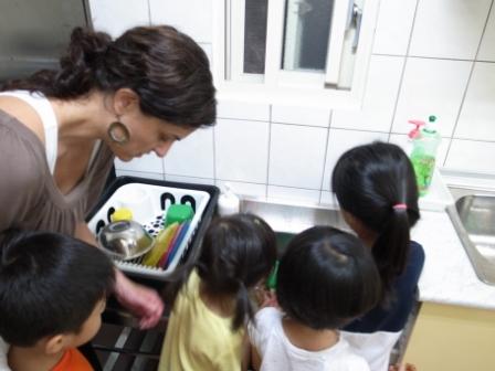 孩子們,排隊學習清洗烘焙器具了.20120517做巧克力餅乾with Katie