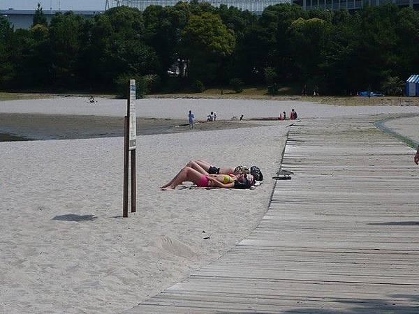 一大早就有人穿著泳裝在曬太陽>.<...