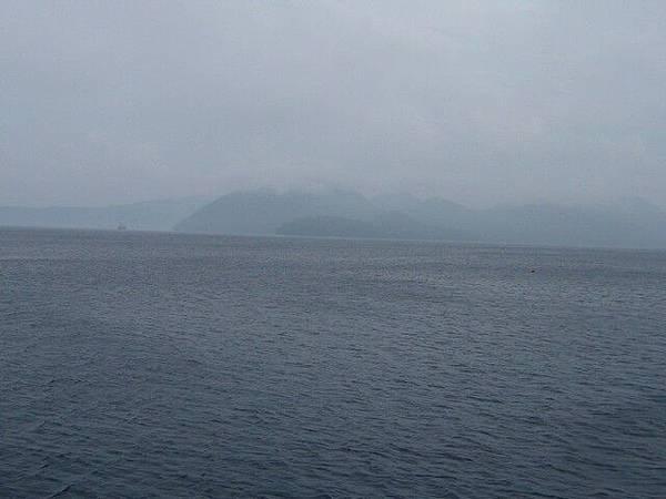 早上的洞爺湖佈滿了霧氣  啥也看不清楚
