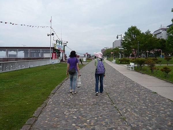 我們沿著湖畔的步道散步