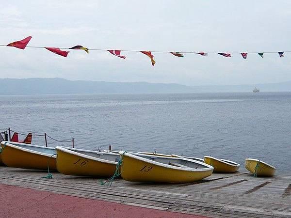 湖邊有小船和天鵝船供人出租