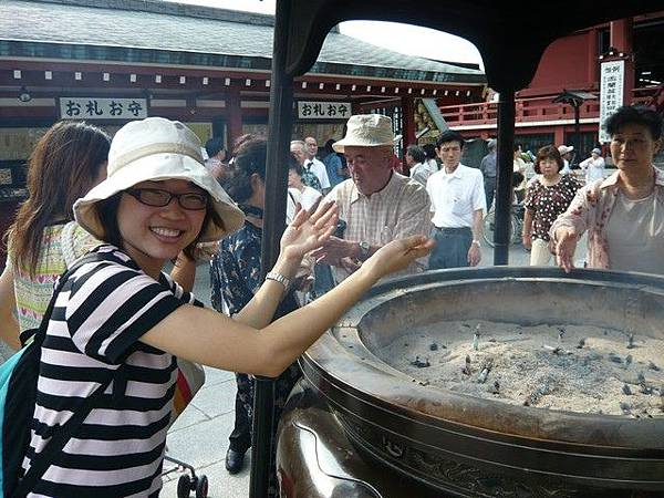 淺草寺的香爐散發的煙要撲到身上  會招來好運