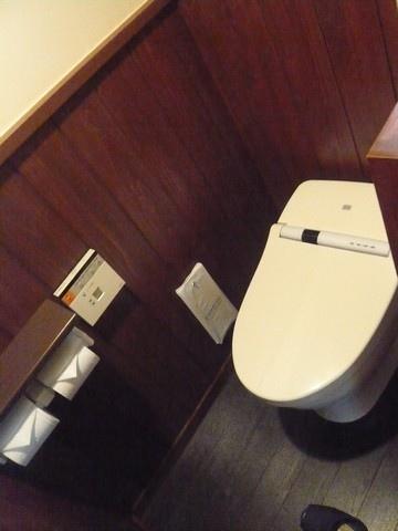 這間房間附有免治馬桶,所以不用去公共廁所