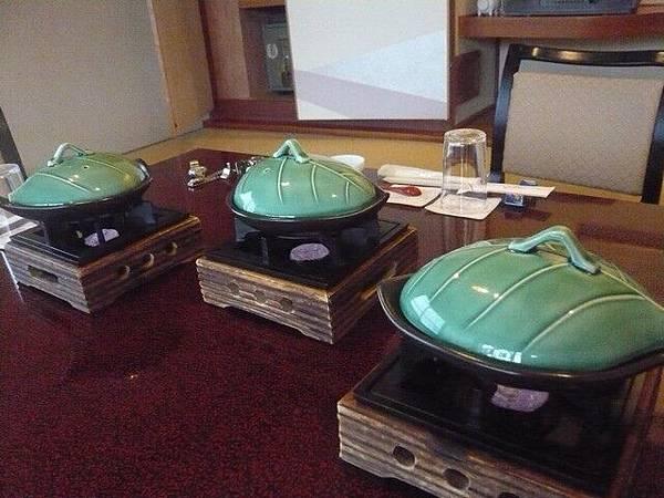 泡完溫泉近房間時,桌上已擺放了小陶鍋