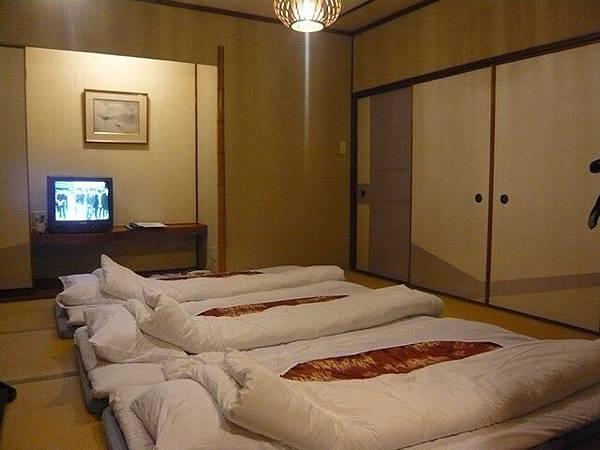 晚餐過後,女將們把拉門拉起來,細心的幫我們鋪床