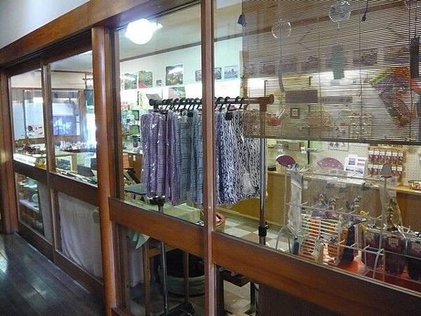 三河屋自己的賣店  這裡買寄木筷子比外面便宜