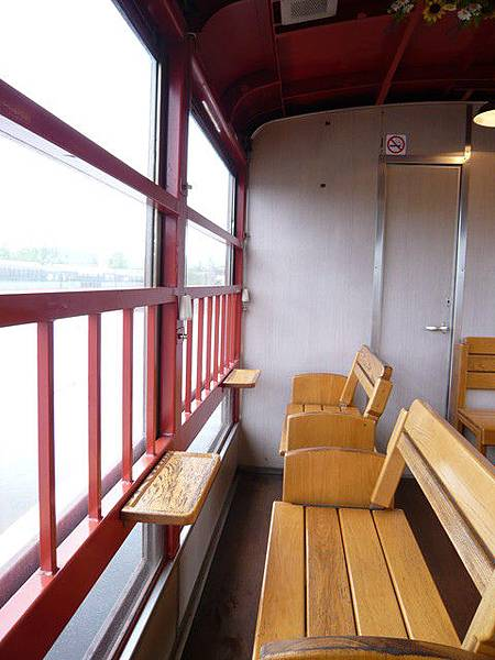 車子內部是木頭座椅,和京都嵐山小火車很像