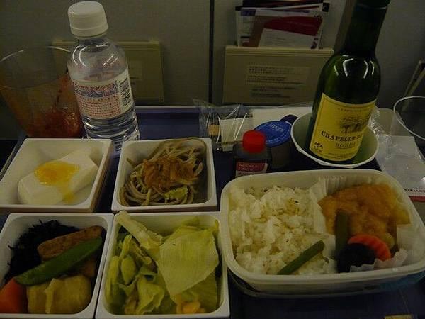 回程的飛機餐,還送一瓶白酒