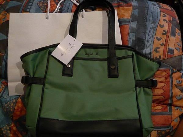 我買的agnes' b 包包,小姐說這是新款的