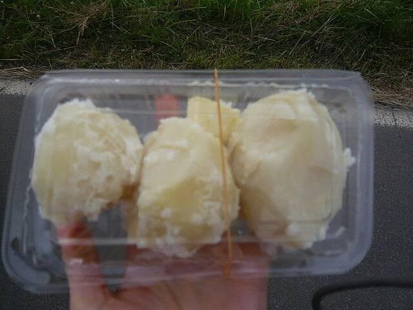 當地有名的馬鈴薯  用蒸的,上面只放了一點奶油
