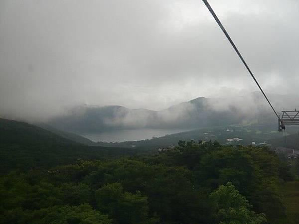 空中纜車到達高處時遠眺被群山包圍的蘆之湖