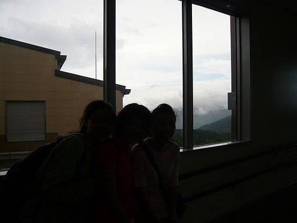雖然烏七抹黑,但後面的卻是幸運見到的富士山