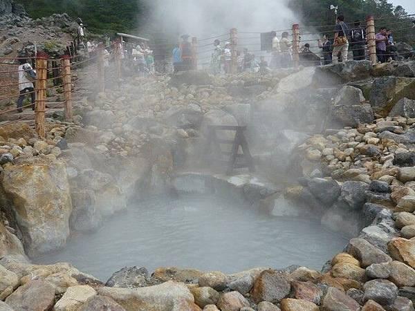 狂冒煙的溫泉滾水,超級濃、臭