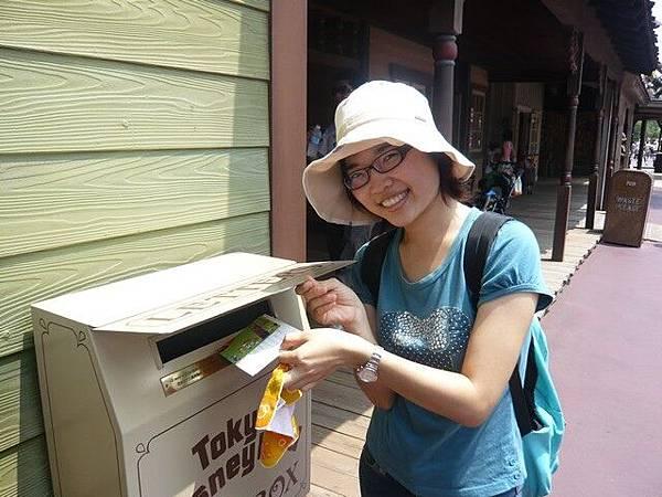 迪士尼裡面有郵筒,我們放進了昨天寫好的明信片