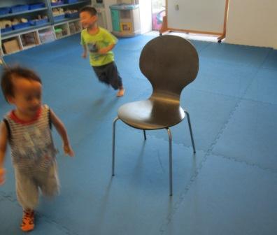 小班-練習繞椅子跑步